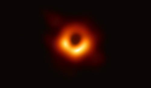 La primera imagen de un agujero negro marca un hito en la astronomía