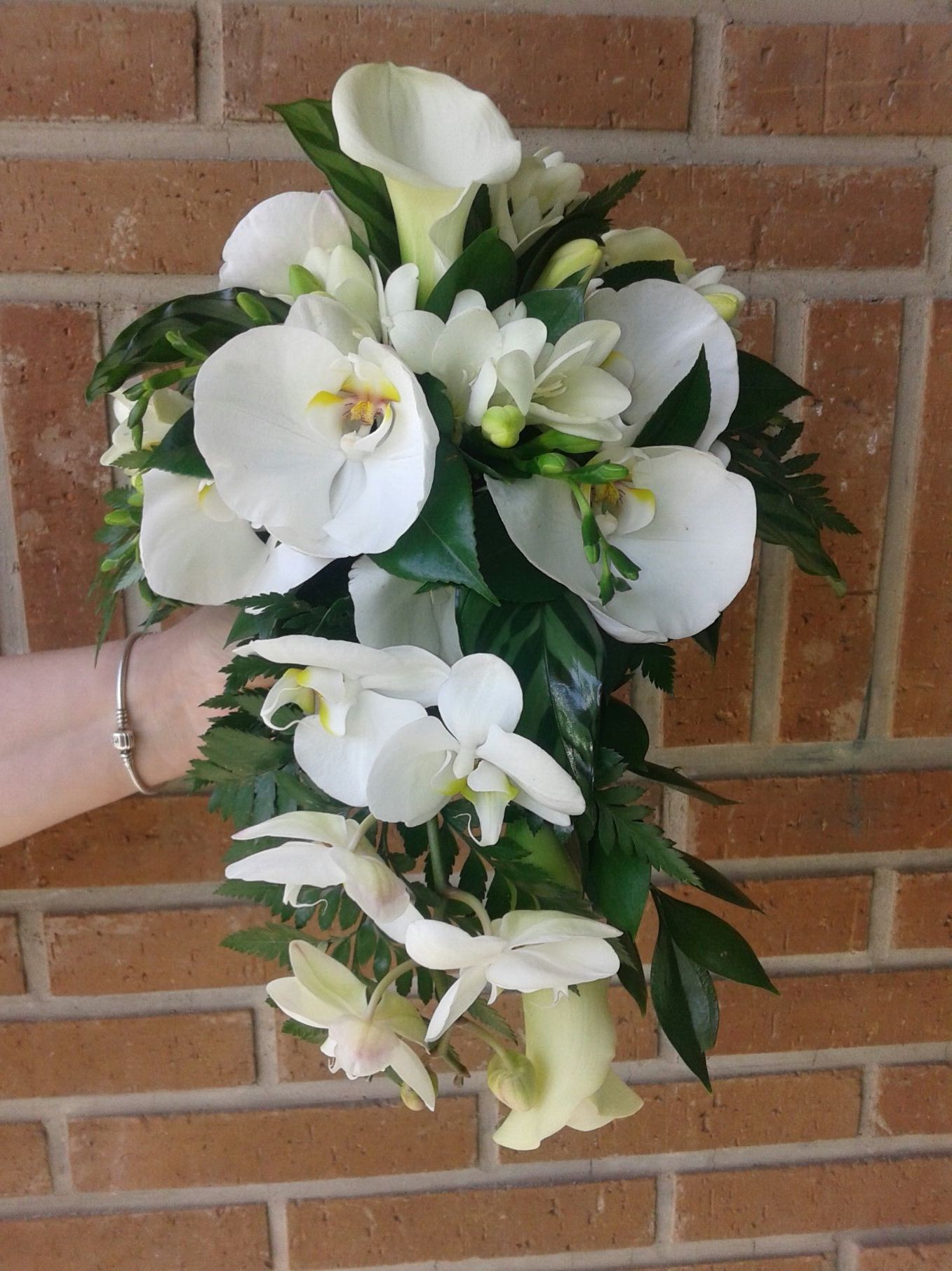 Ramo clásico de caída de orquídeas y calas, réplica para celebrar unas bodas de oro.