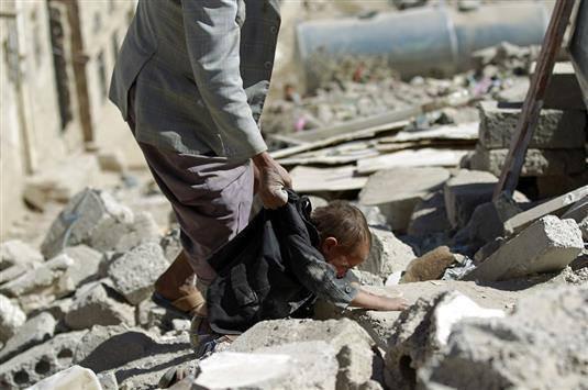 طفل يمني يبحث عن امه بين الانقاض