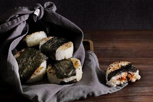 spicy smoked salmon onigiri / riceballs