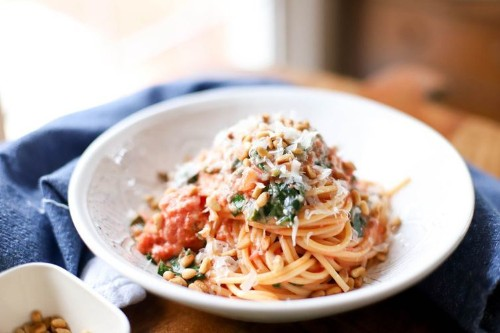 Quick Spaghetti with Tomato Cream Sauce and Spinach (vegetarian)