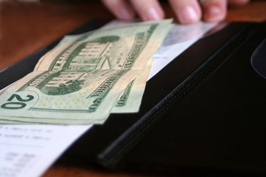 Washington waitress receives $1K cash tip hidden under red Solo cups