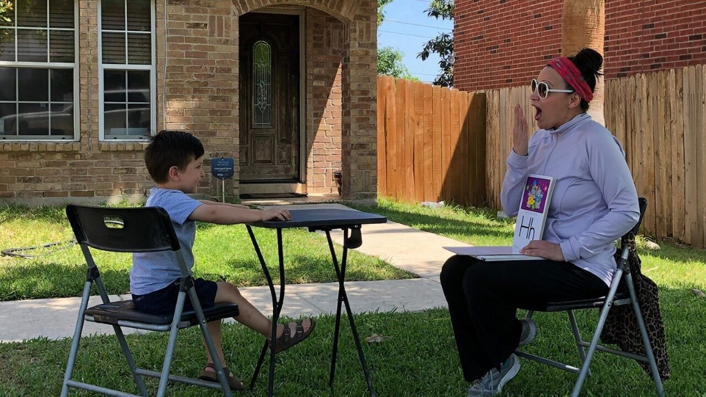 Texas preschool teacher surprises students with a backyard class