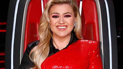 Kelly Clarkson's bold red dress on 'The Voice' draws mixed reactions online