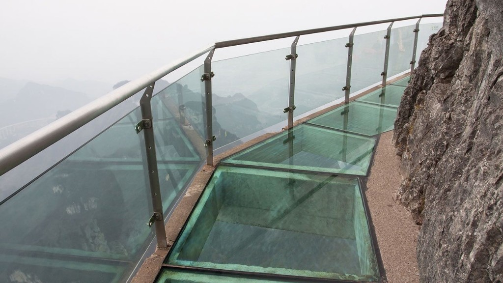 Glass bridge in China looks like it's shattering under tourists' feet