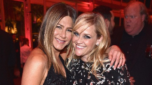 Jennifer Aniston and Reese Witherspoon reenact their 'Friends' scene