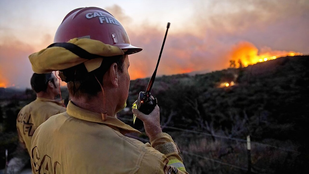 California wildfires force 100,000 from homes in Orange County, neighbors help fire crews