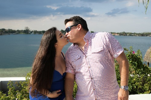 Couple with 33-year age gap says strangers, family struggle with relationship: 'We definitely get looks'