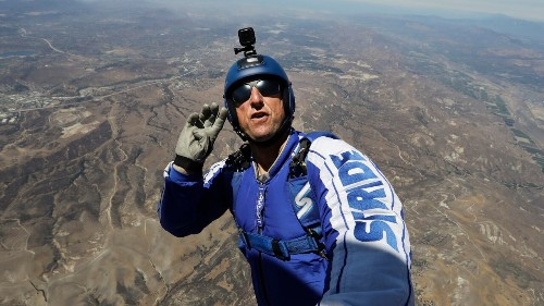 Skydiver successfully makes 25,000-foot jump without parachute