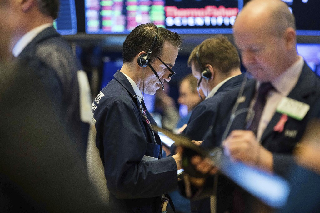 Dow climbs 456 points as oil stabilizes and small business funding nears