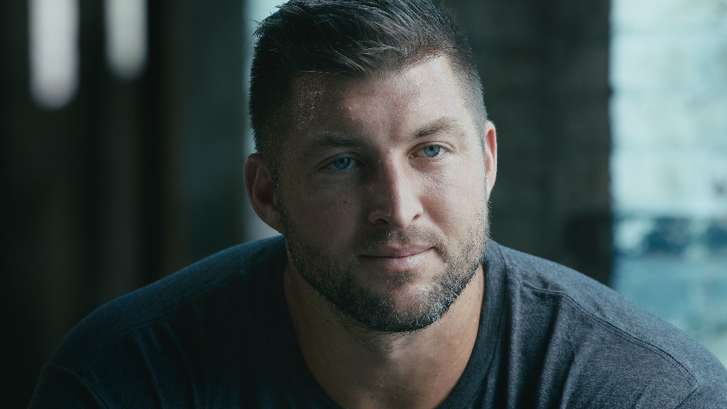 Tim Tebow visits homeless shelter with 50 pairs of shoes