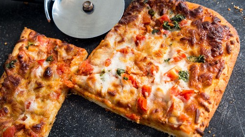 Pizza cut in squares sparks regional debate between Midwesterners and East Coasters