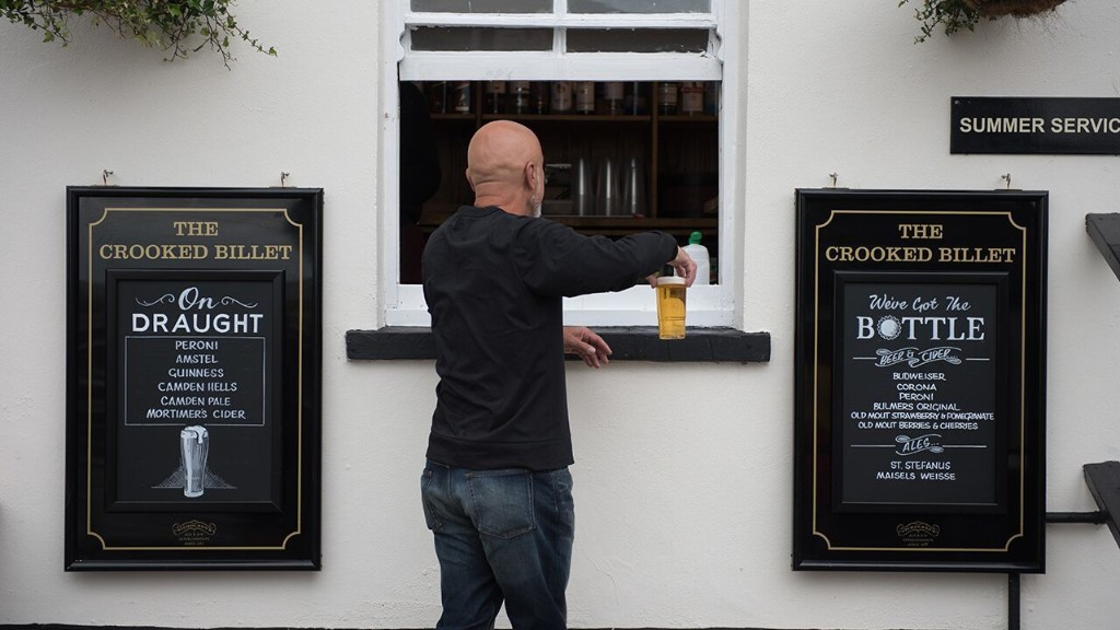 England's pubs, restaurants allowed to sell takeaway beer amid lockdown