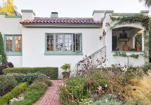 Curb Appeal: A Paint Makeover for a Stucco House, California Edition
