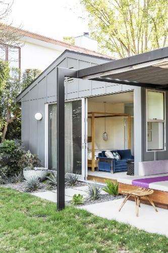Designer Visit: An Indoor-Outdoor LA Garden by Judy Kameon