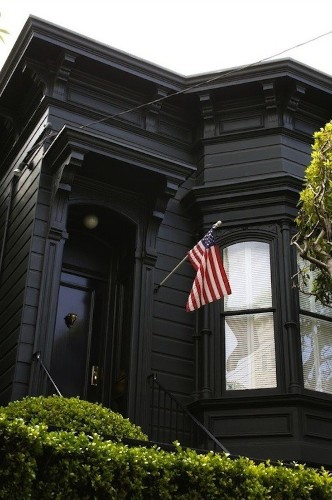 Black Houses: The Pros and Cons of a Dark Painted Facade