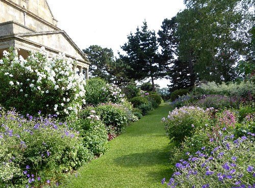 10 Garden Ideas to Steal from the Cotswolds