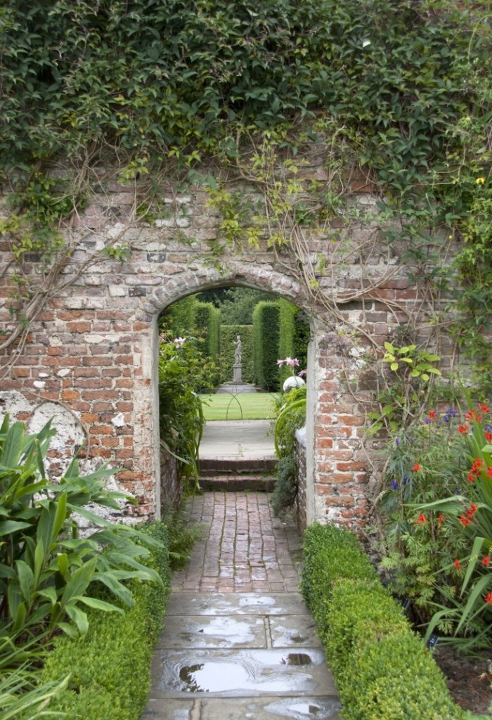 10 Garden Ideas to Steal from Vita Sackville-West at Sissinghurst Castle - Gardenista