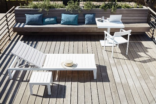 10 Easy Pieces: Modern White Outdoor Chaise Lounges