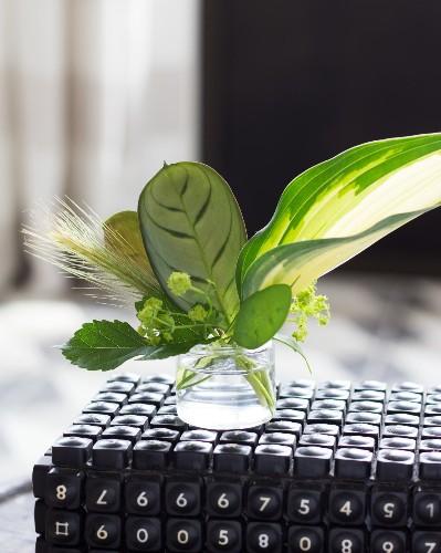 Tiny Bouquets: 8 Ideas for Floral Arrangements in Miniature Vases