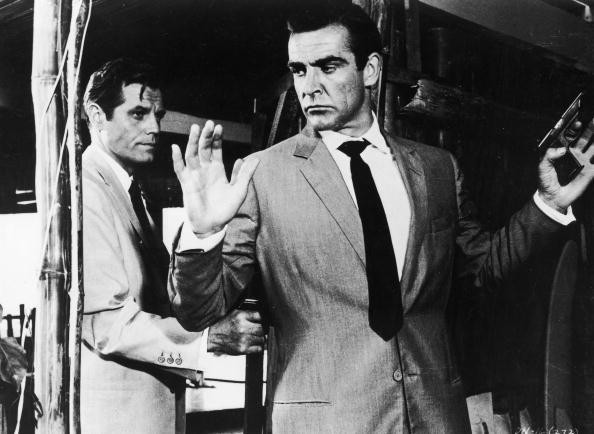 Jack Lord hold Sean Connery at gunpoint