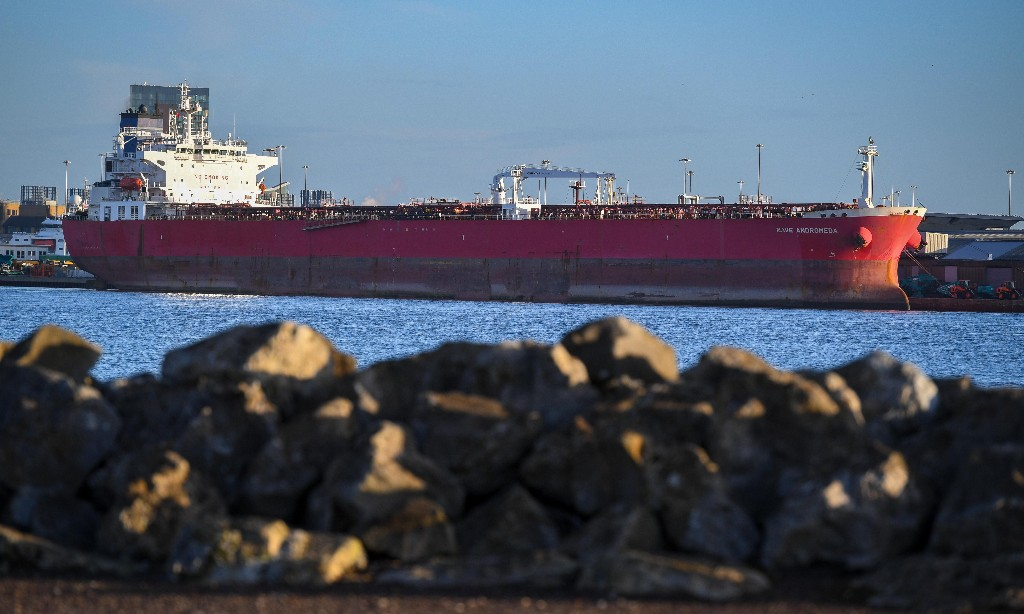 Seven held on suspicion of trying to hijack oil tanker off Isle of Wight