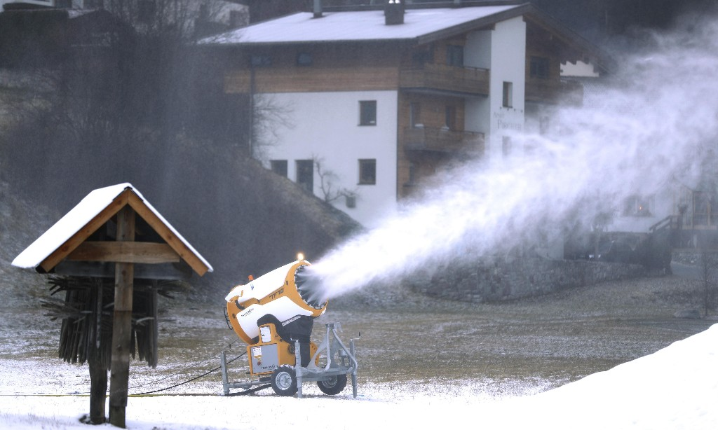 Austria set to bow to pressure on Covid risk with ski holiday ban