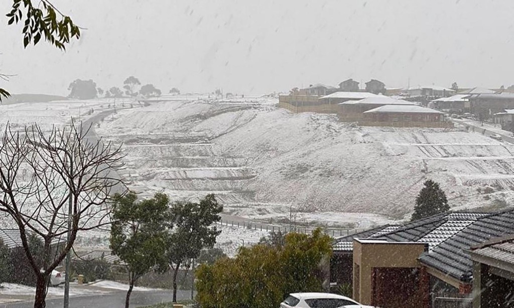 Snow falls in Melbourne, Victoria and Tasmania as icy weather blows in