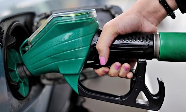 UK supermarkets cut petrol price as oil barrel value plunges