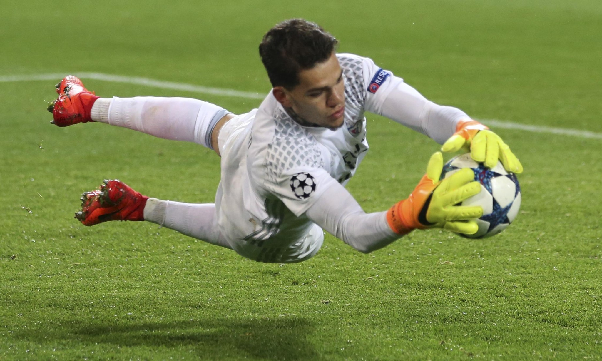 Manchester City set to pay world record £34.9m for goalkeeper Ederson