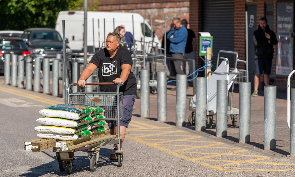DIY spending increase drives fourth month of UK sales recovery
