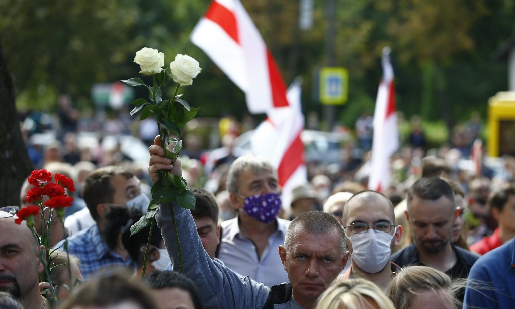 Belarus: protesters in Minsk gather where man died in clashes with police