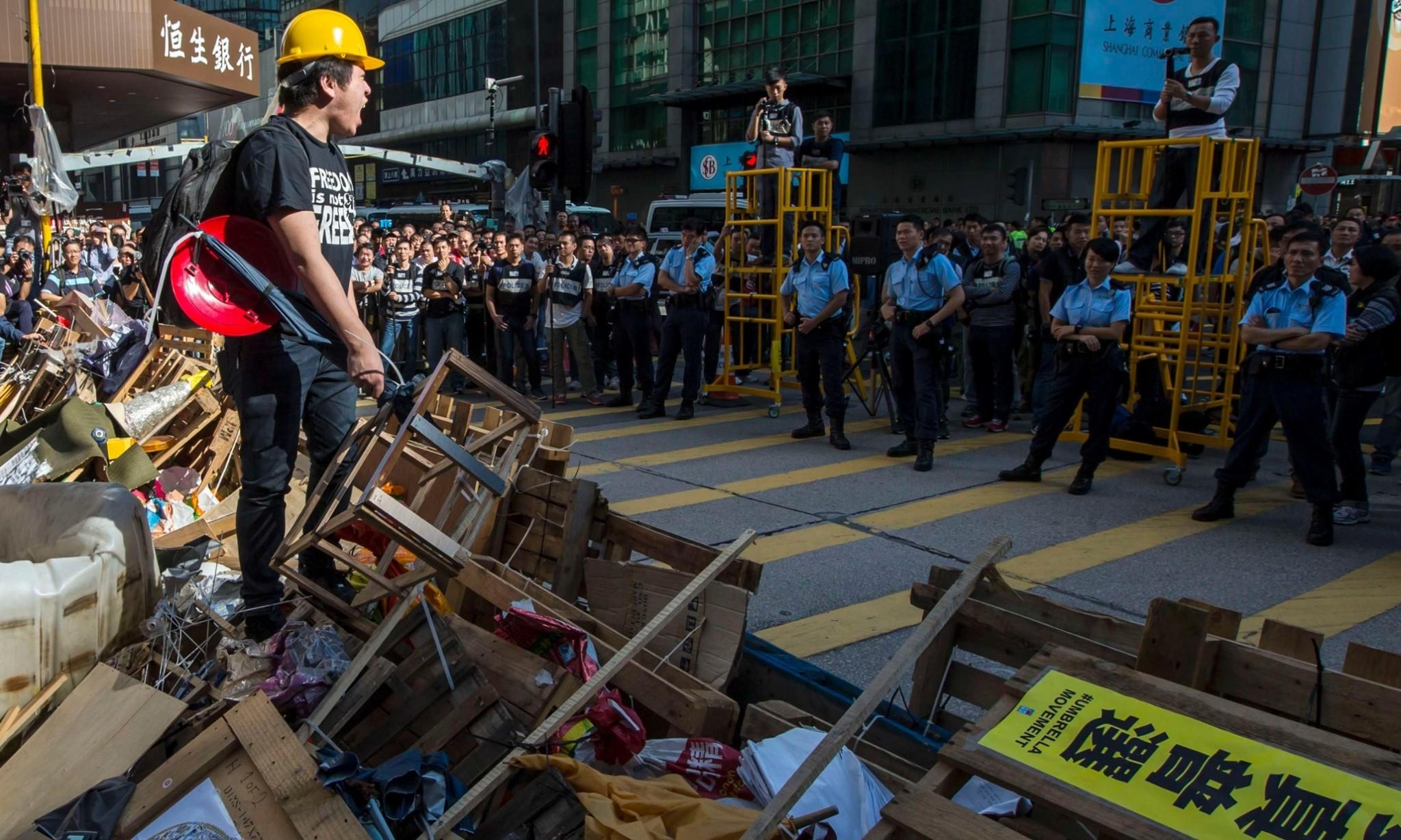 Hong Kong police begin dismantling Mong Kok protest site