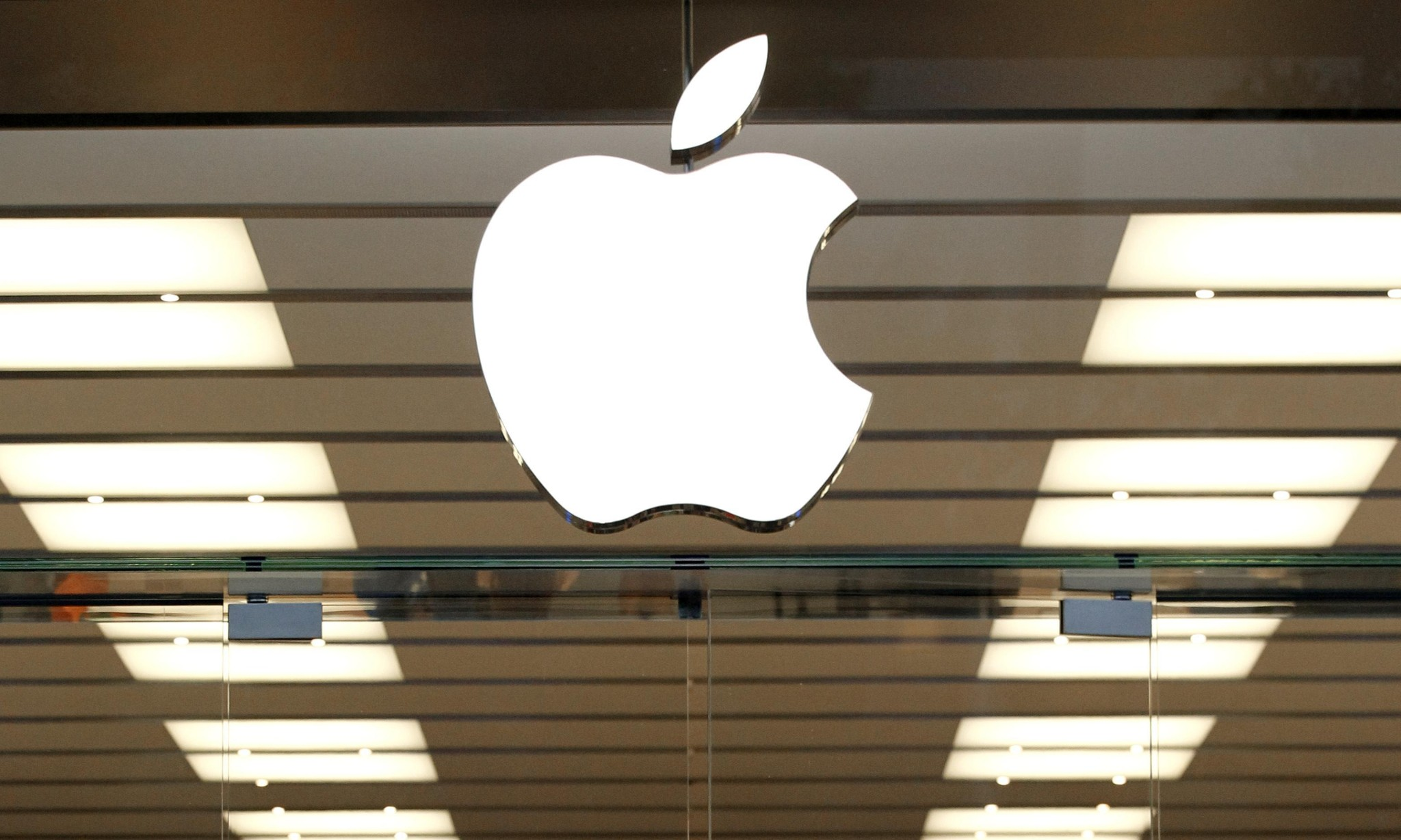 Apple leads race to become world's first $1tn company