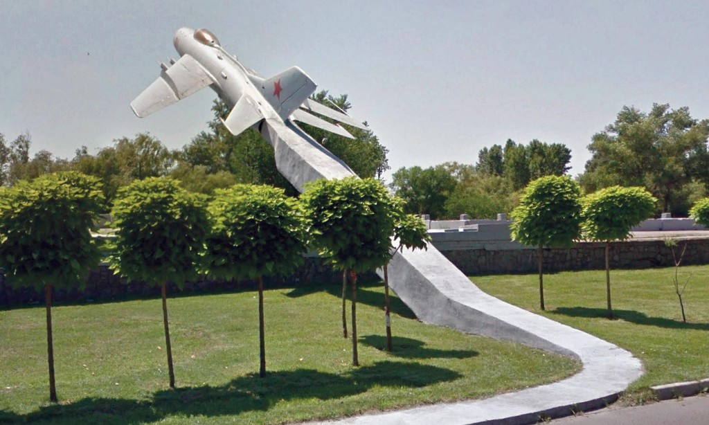 There's a fighter jet on the pavement! Wonders of the Soviet roadside revolution