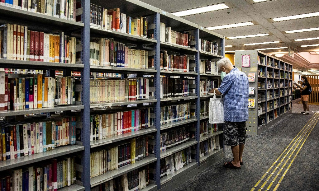 Hong Kong: books by pro-democracy activists disappear from library shelves