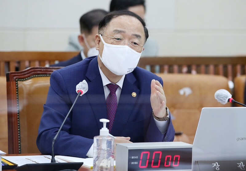 """홍남기 """"재정준칙 이달 안 발표… 위기에 예외 둘 것"""""""