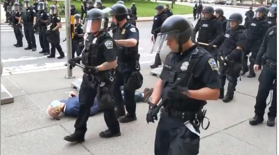 또 무릎으로…여성 목 누른 미국 경찰