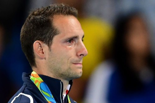 Pole Vaulter Cries On Medal Stand Because Rio Crowd Keeps Booing Him
