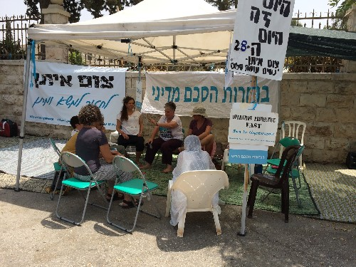 In the Shadow of Netanyahu's Residence, Women Fast for Peace