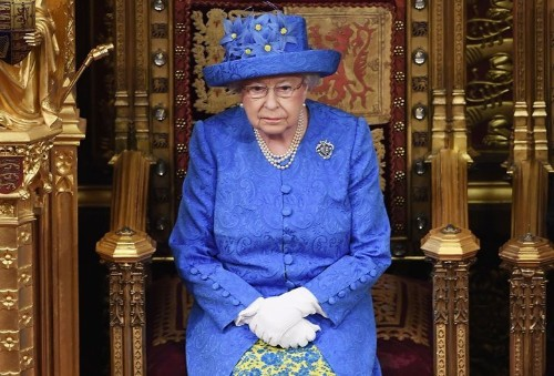 People Are Convinced The Queen's Hat Is A Subtle Dig At Brexit | HuffPost Life