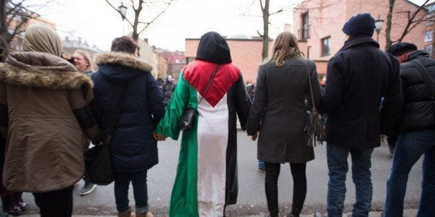 Hundreds Of Norwegians Circle Oslo Mosque In 'Peace Ring,' Showing Everyone What It Truly Means To Love Your Neighbor