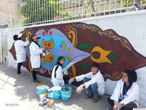 イラン人とアフガン難民が手を取り合い、ヘイトに満ちた壁の落書きを芸術に変える(画像)