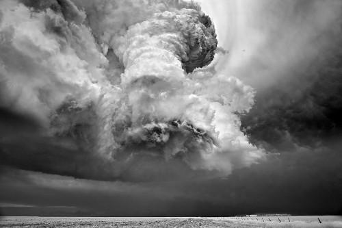 異世界のような「嵐の空」写真集
