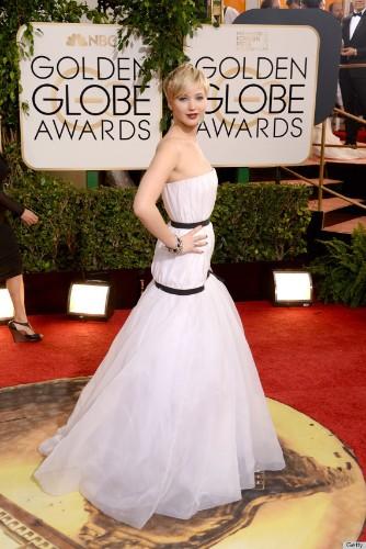 Jennifer Lawrence Loses Bracelet On Golden Globes Red Carpet Like A Pro (PHOTOS)