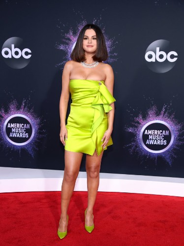 Selena Gomez Wore a Blindingly Bright Dress for Her First AMA Appearance in Two Years