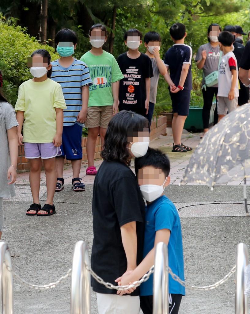 [포토뉴스]코로나 검사 앞두고 굳어있는 아이들