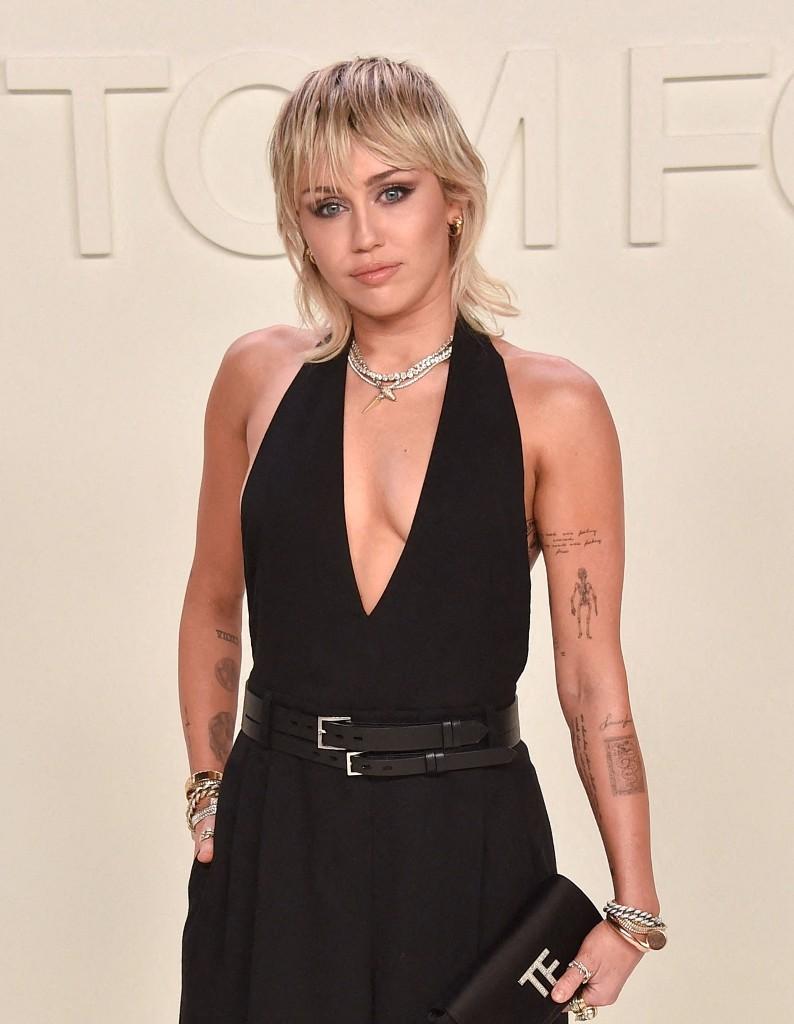 Miley Cyrus passe à la frange courte en plein confinement - Elle