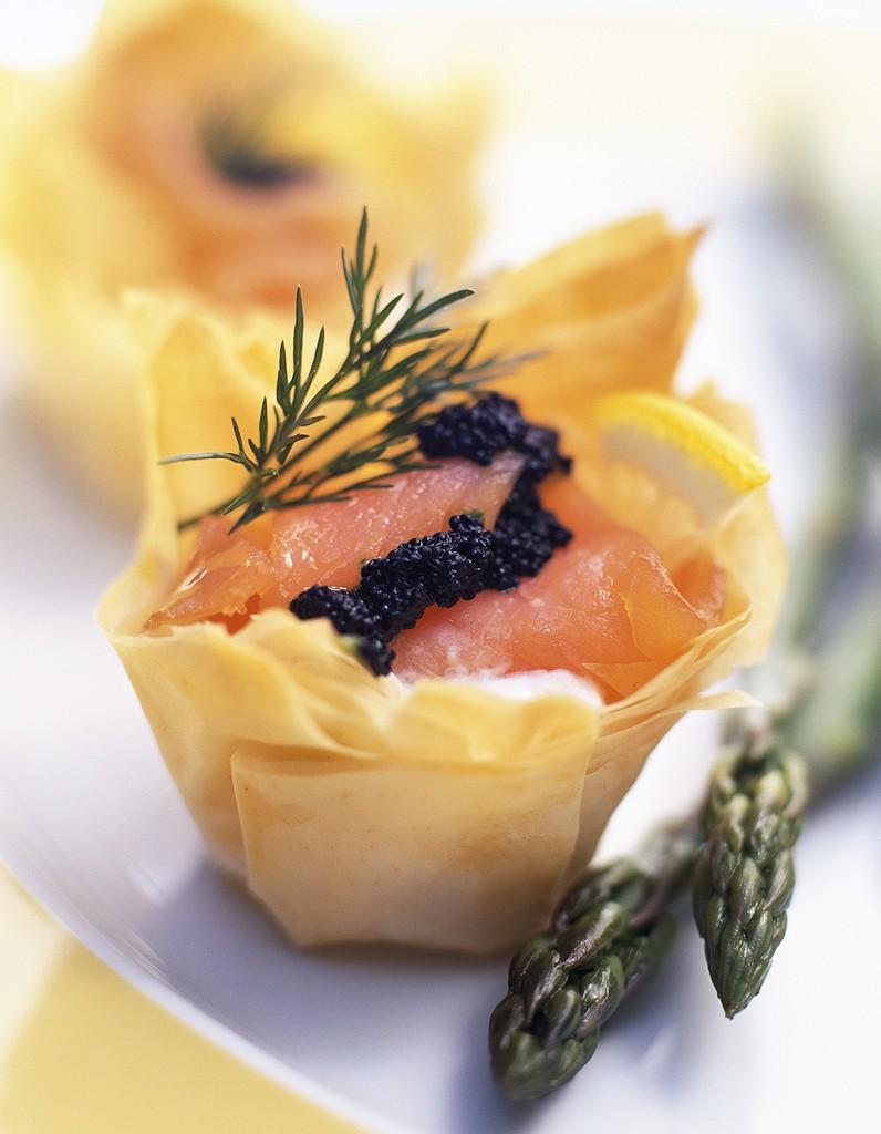 Tarte feuilletée au saumon et baies roses pour 4 personnes - Recettes Elle à Table