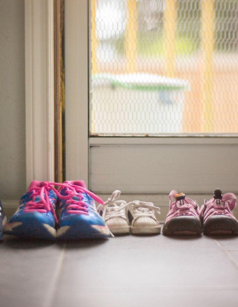 Nos chaussures peuvent-elles transmettre le coronavirus ? - Elle